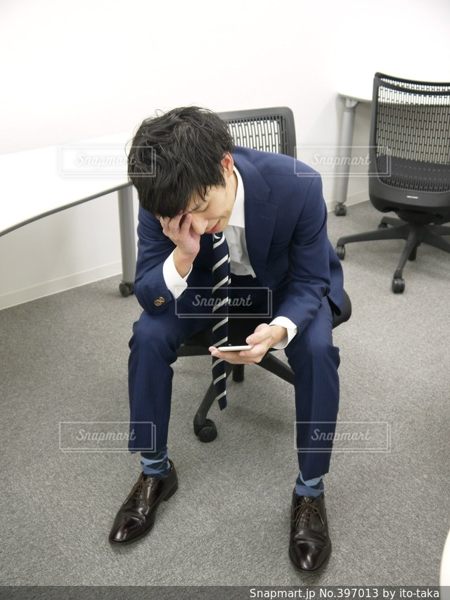 男性,1人,社会人,屋内,全身,オフィス,人物,スマートフォン,ビジネス,携帯,ビジネスマン,スーツ,連絡来ない