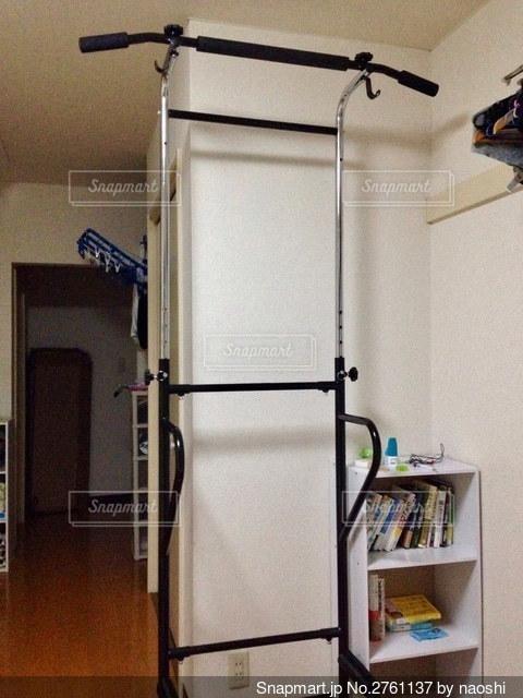 本棚の隣に座っている白い冷蔵庫の冷凍庫の写真・画像素材[2761137]