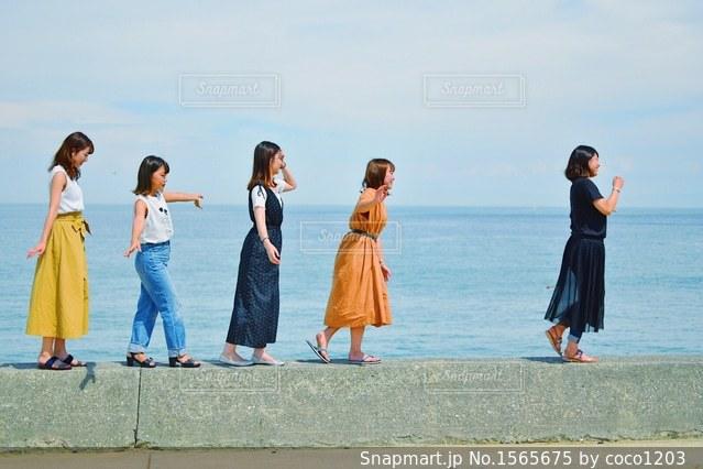 ビーチの上を歩く人々 のグループの写真・画像素材[1565675]
