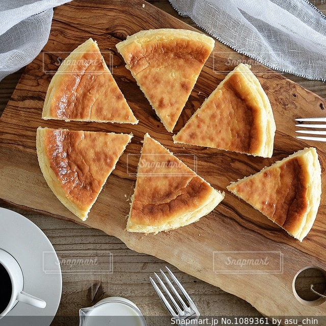 木製のまな板の上にパンの切れ端の写真・画像素材[1089361]