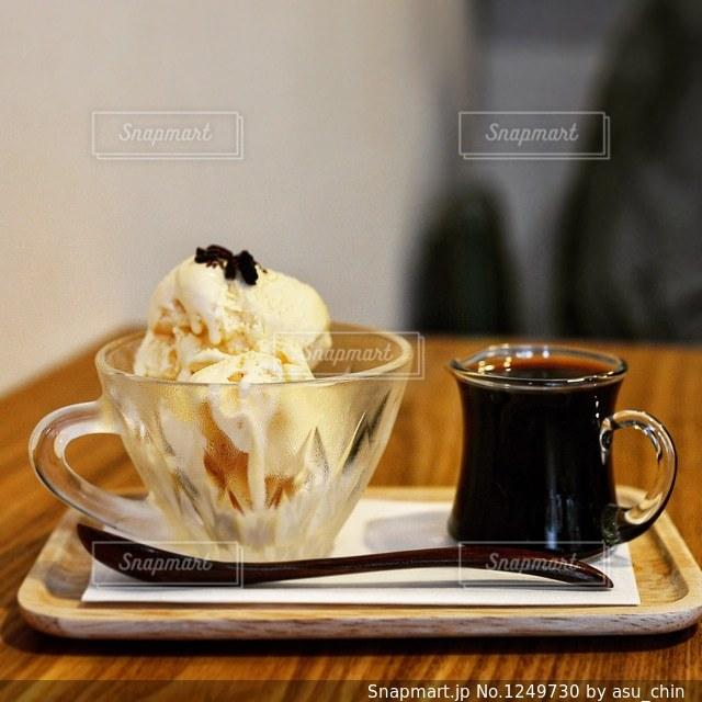 テーブルの上のコーヒー カップの写真・画像素材[1249730]