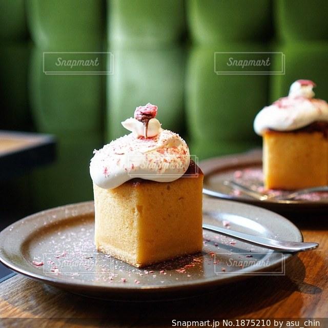 皿の上のケーキを持つテーブルの写真・画像素材[1875210]