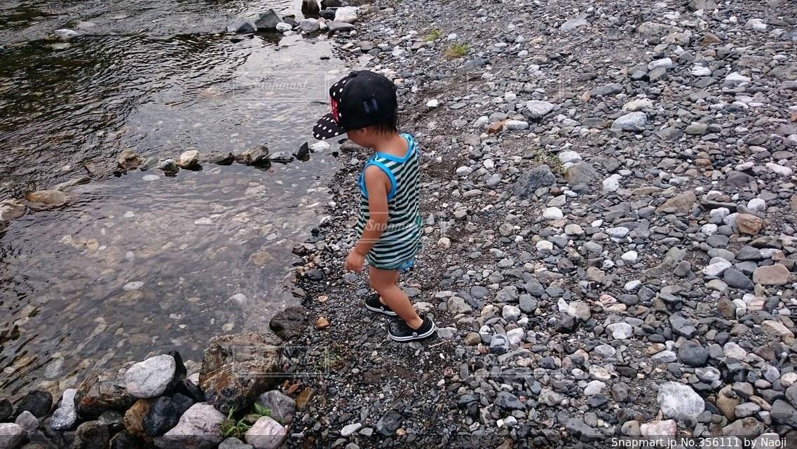 1人,自然,後ろ姿,子供,青春,水遊び,男の子