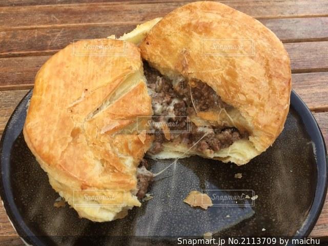 半分に割ったミンス&チーズパイの写真・画像素材[2113709]
