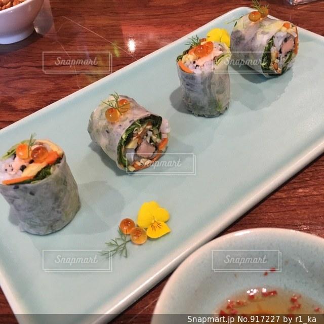 テーブルの上に食べ物のプレートの写真・画像素材[917227]