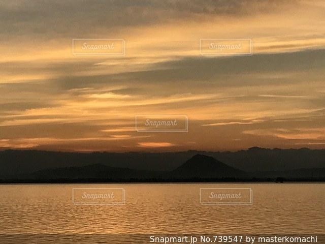 琵琶湖上空と日の出の写真・画像素材[739547]
