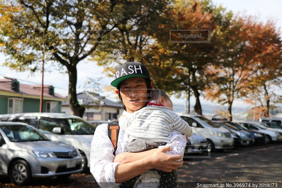 男性,20代,紅葉,帽子,車,赤ちゃん,抱っこ,クルマ,パパ,イクメン,あかちゃん