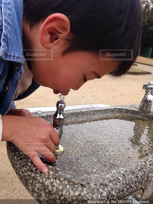1人,公園,水,子供,男の子,水飲み,水栓