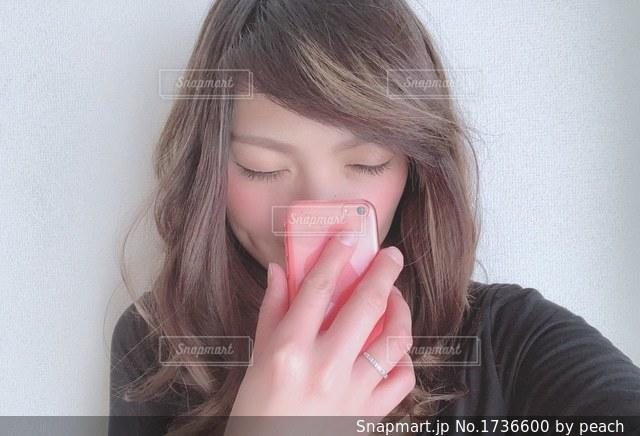 携帯電話で通話中の女性の写真・画像素材[1736600]