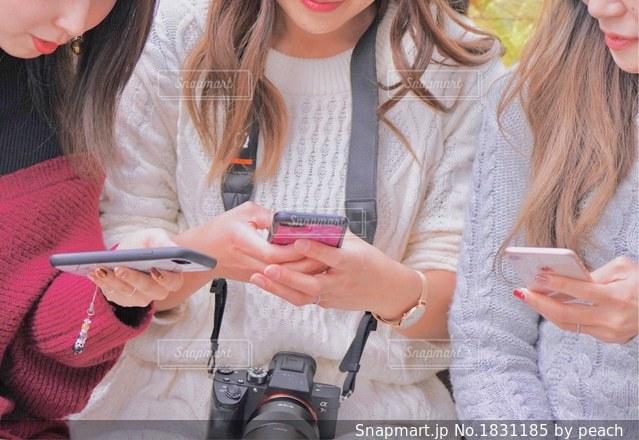 携帯電話を保持している女性の写真・画像素材[1831185]