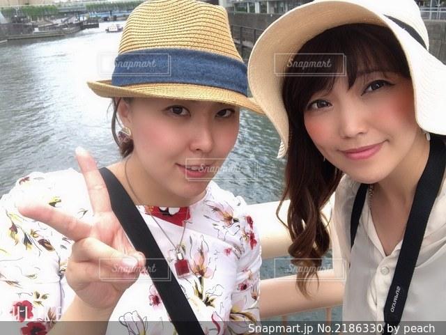 帽子をかぶった少女のクローズアップの写真・画像素材[2186330]