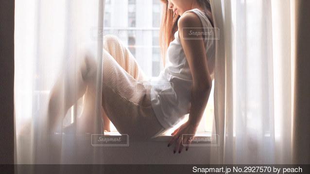 窓の前に立っている人の写真・画像素材[2927570]
