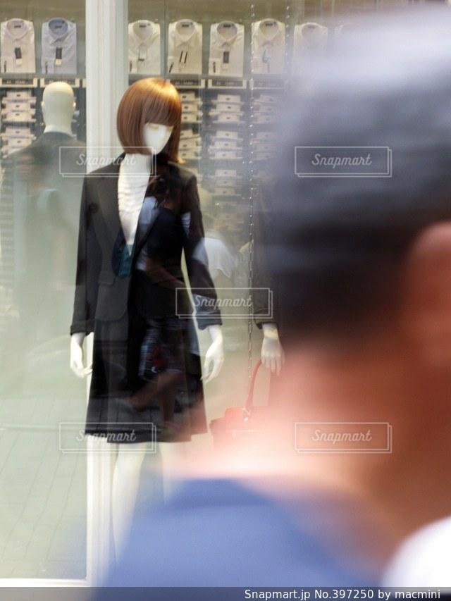 女性,街並み,マネキン,町並み,ウィンドウショッピング,スーツ,ビジネススーツ,まねきん