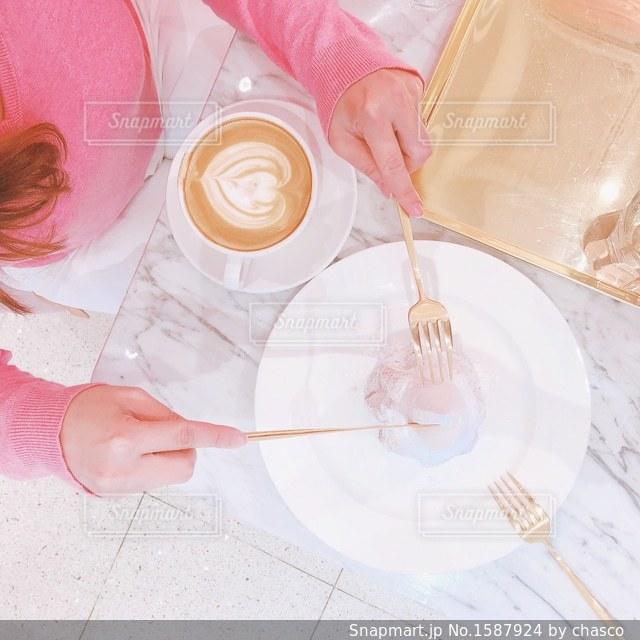 テーブルの上の白い皿の写真・画像素材[1587924]