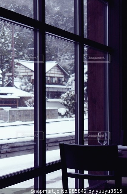 雪の中のレストランの写真・画像素材[985842]