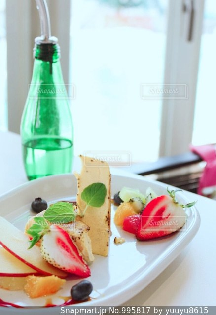 近くに食品とテーブルの上の瓶のプレートのアップの写真・画像素材[995817]