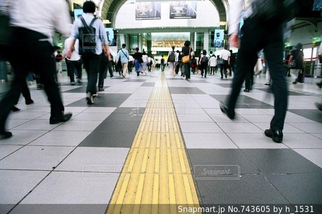 道を歩いている人々の写真・画像素材[743605]