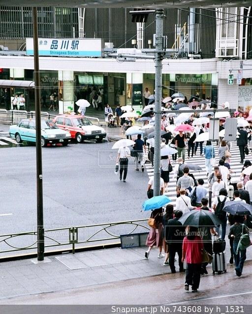 街の通りを歩いている人々の写真・画像素材[743608]