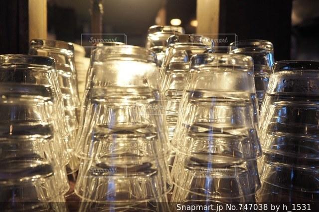 テーブルに空のグラスの数々の写真・画像素材[747038]
