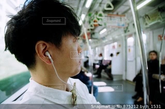 音楽を聴く男性の写真・画像素材[875212]