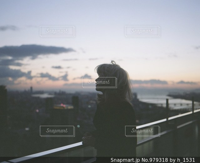 橋の前に立っている男の写真・画像素材[979318]