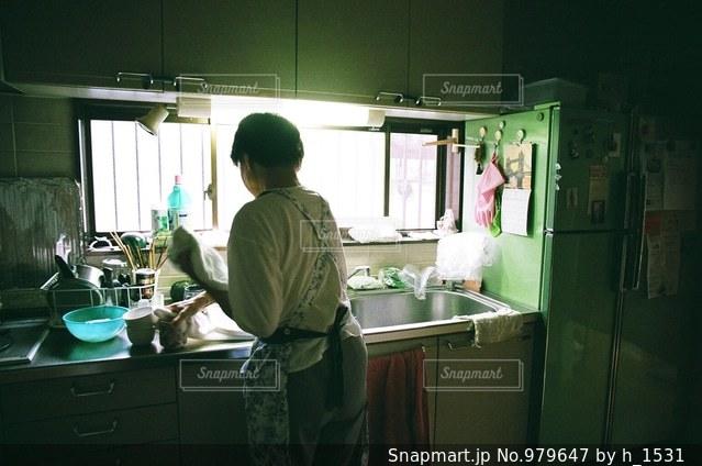 キッチンに立っている母の写真・画像素材[979647]