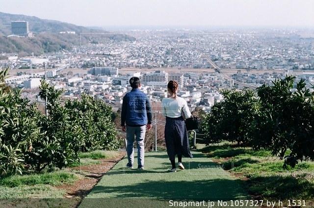 丘の上にいるカップルの写真・画像素材[1057327]