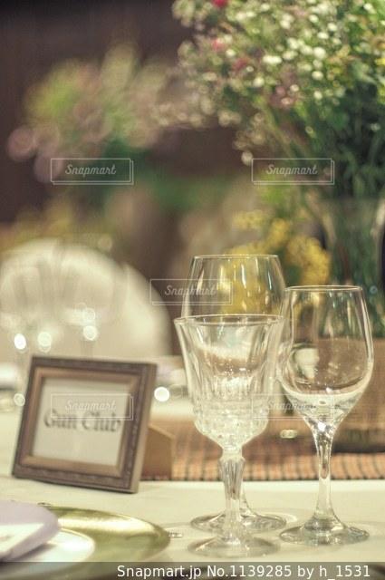 ワイングラスとテーブルに座っている人のグループの写真・画像素材[1139285]