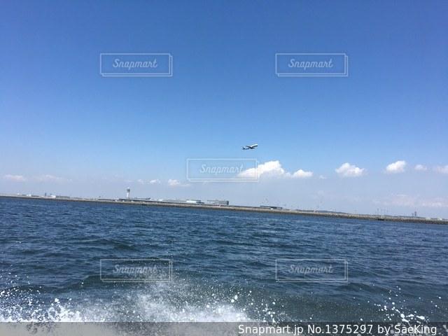 水の体の上に空気を通って飛んで男の写真・画像素材[1375297]