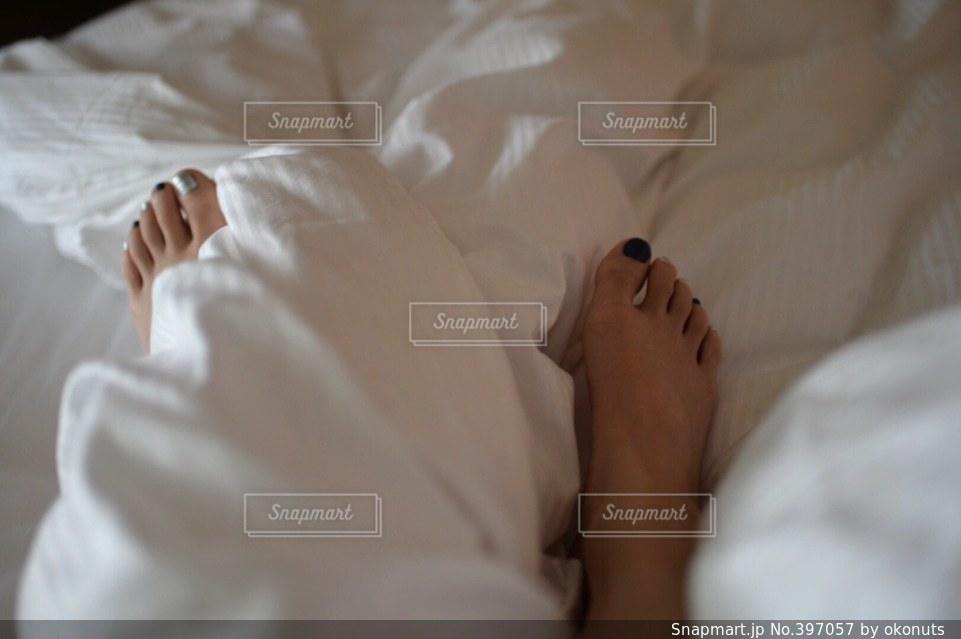 女性,インテリア,ネイル,足,人,シーツ,朝,脚,ペディキュア,寝室,ベッド