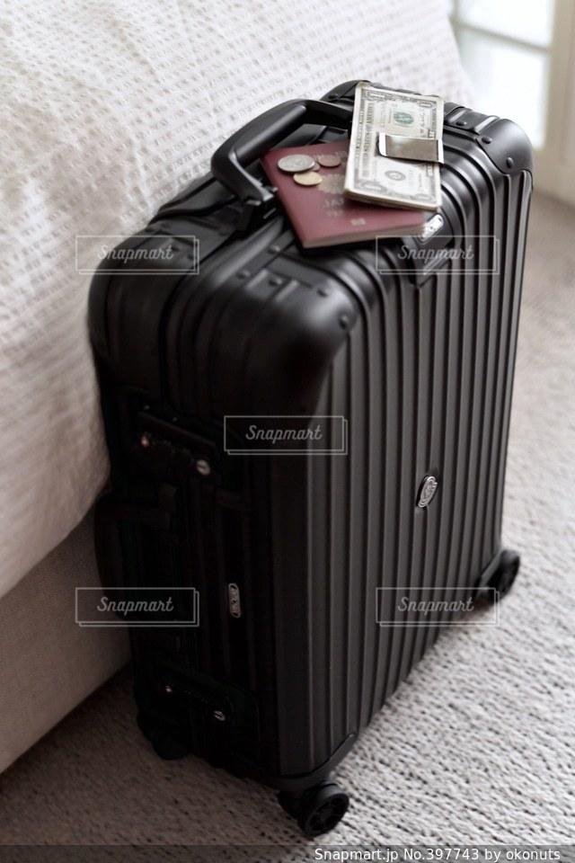 インテリア,マイホーム,部屋,スーツケース,旅行,旅,出張,仕事,お金,ビジネス,パスポート,寝室,ドル,コイン,小銭,準備,ベッド,支度