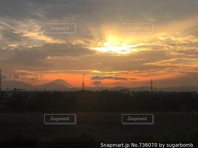夕暮れ時の富士山の写真・画像素材[736070]