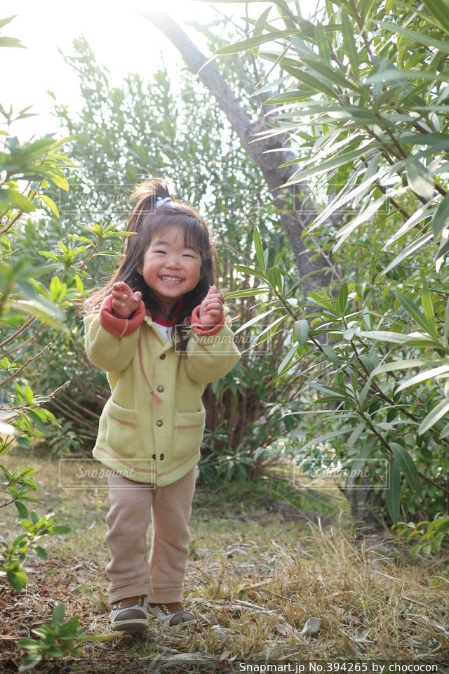 1人,自然,公園,緑,かわいい,スマイル,女子,女の子,楽しい,嬉しい,笑顔,幸せ,幼児,明るい,笑う,追いかけっこ,2歳
