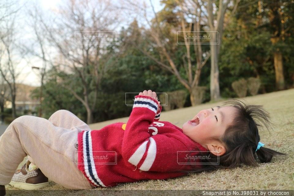 1人,公園,芝生,自由,スマイル,一人,ベンチ,子供,女の子,楽しい,寝る,寝転がる,笑顔,幼児,明るい,ゴロン