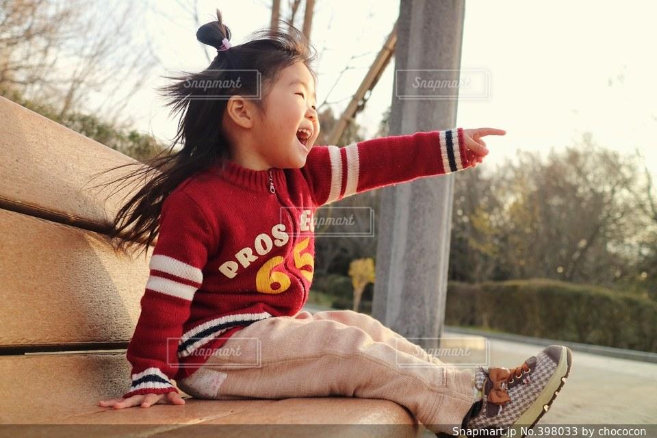 公園,スマイル,一人,ベンチ,手,女子,子供,女の子,楽しい,座る,元気,笑顔,幼児,明るい,発見,見つけた,指差し,見て,アレ