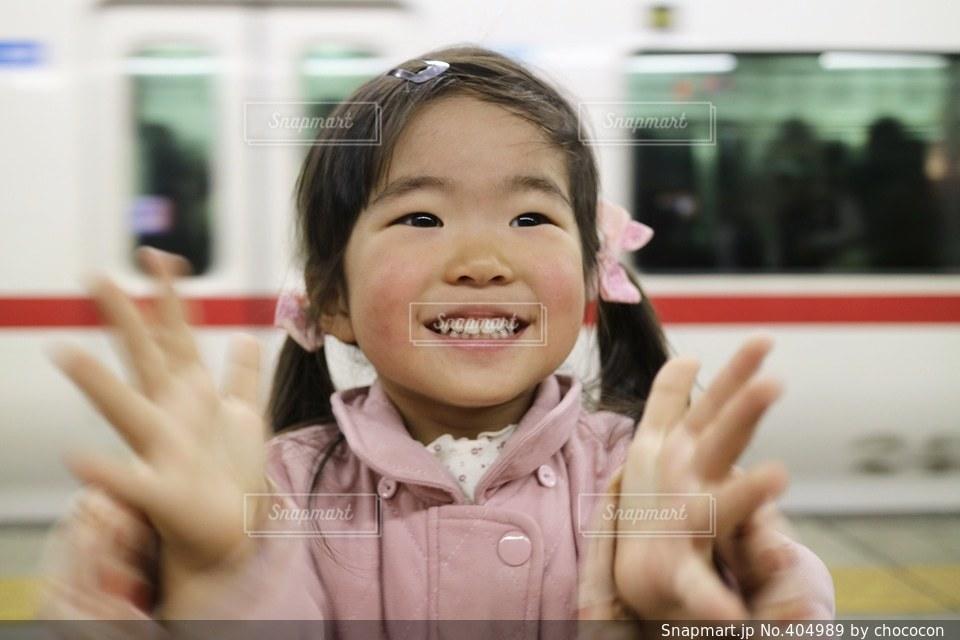 1人,電車,一人,子供,女の子,楽しい,嬉しい,元気,笑顔,幼児,明るい,拍手,喜び