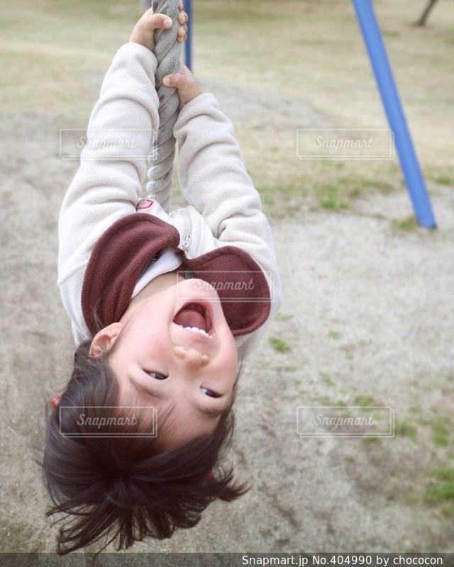 1人,公園,スマイル,一人,子供,女の子,楽しい,嬉しい,元気,笑顔,幼児,明るい,2歳,ロープ,ぶら下がる,ターザンロープ