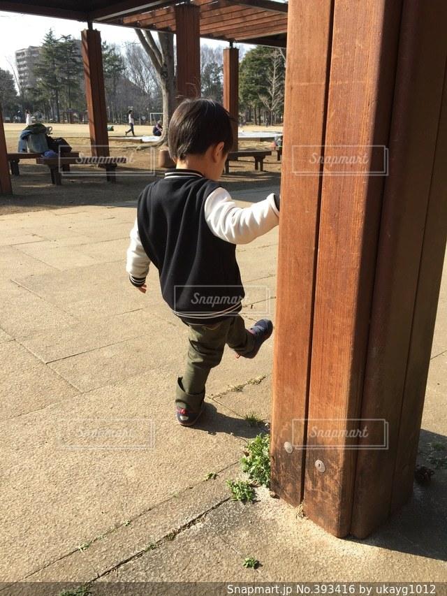 公園,後ろ姿,散歩,子供,男の子,2歳