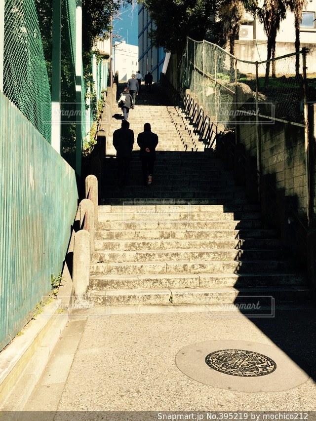 冬,東京,階段,晴れ,青空,歩く,影,道,昼,仕事,街中,城下町,ビル街,登る,上がる,スーツ,段数,グラウンド横