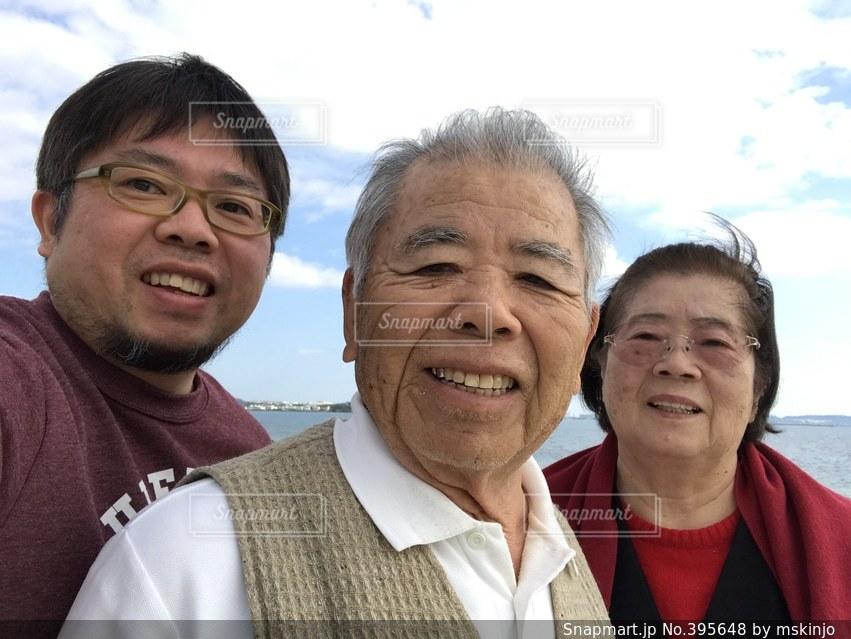 家族,仲良し,セルフィー,元気,笑顔,健康,おじいちゃん,おばあちゃん,母,息子,父,じいじ,おじいさん,老人,おばあさん,年金,ばあば,老後,老年,世代,好々爺,老齢