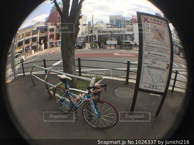 自転車は建物の脇に駐車の写真・画像素材[1026337]