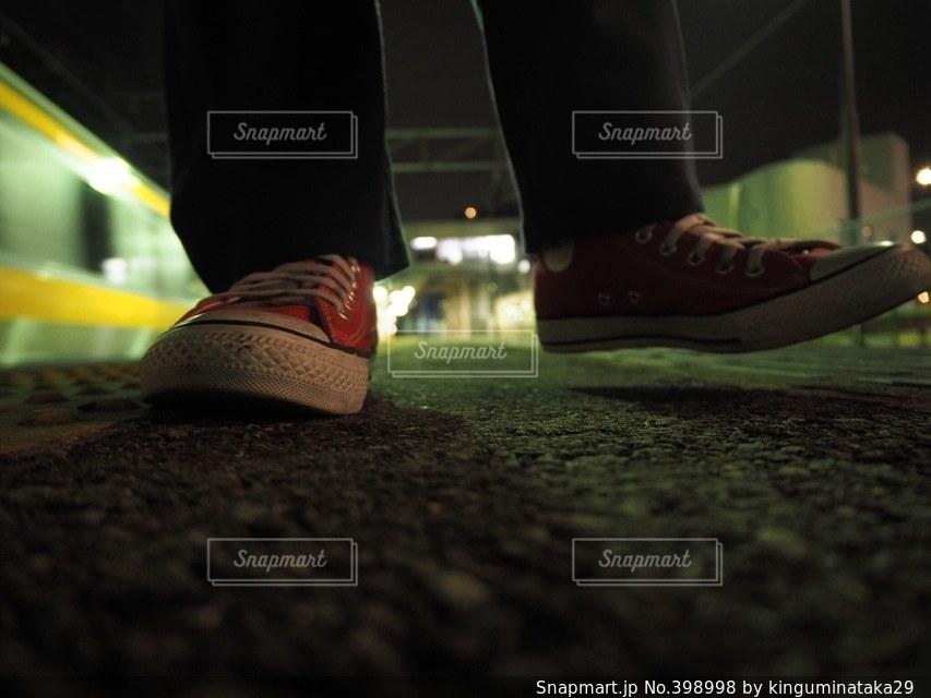 夜,赤,駅,電車,足元,スニーカー