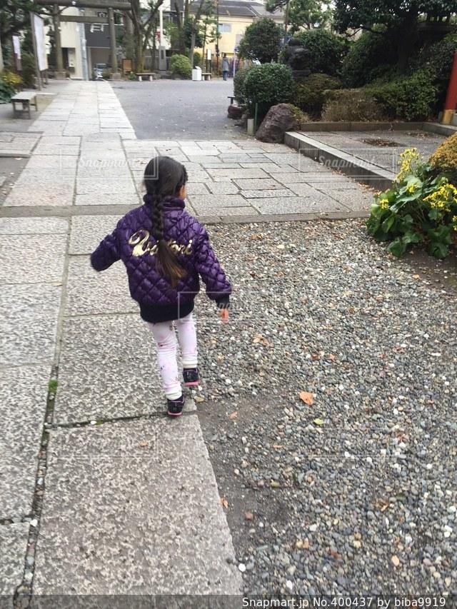 子ども,公園,神社,後ろ姿,子供,女の子,こども,砂利道