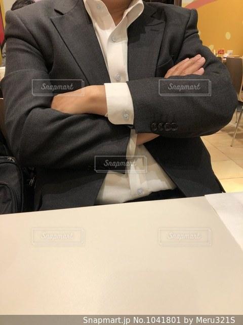 スーツとネクタイを着ているの写真・画像素材[1041801]