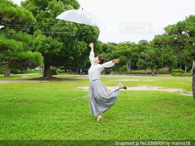 傘を持って飛ぶの写真・画像素材[3399069]