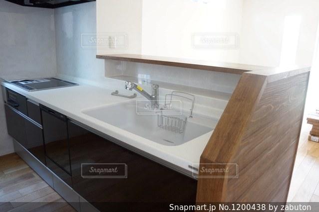 シンクと電子レンジ付きのキッチンの写真・画像素材[1200438]