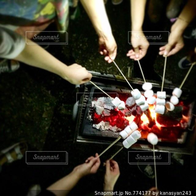 マシュマロを皆んなで焼くの写真・画像素材[774177]