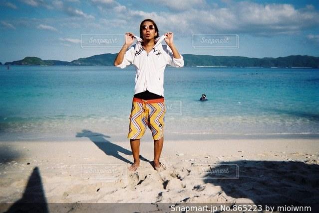 砂浜の上に立っている人 - No.865223