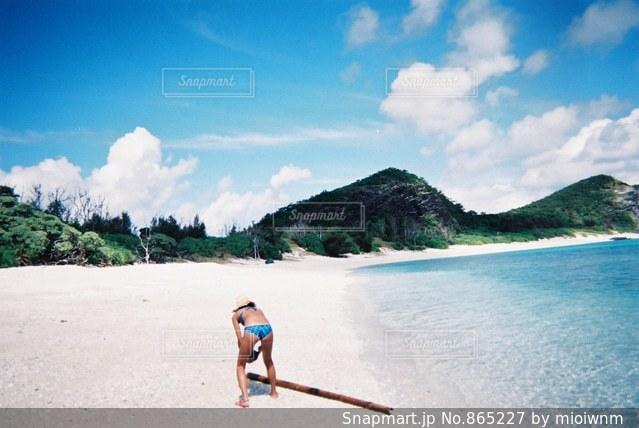 水の体の横に立っている人の写真・画像素材[865227]