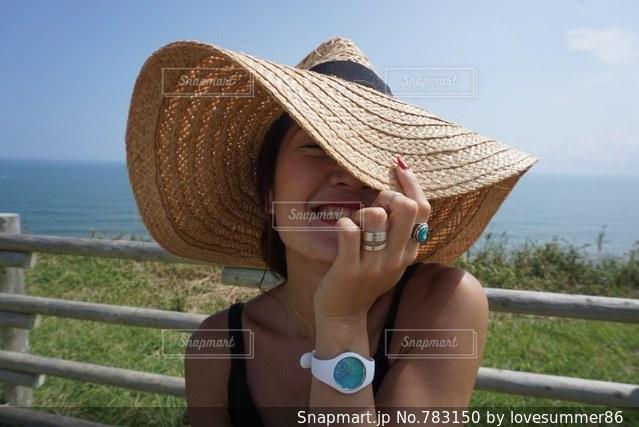 携帯電話で話している帽子をかぶっている女性の写真・画像素材[783150]